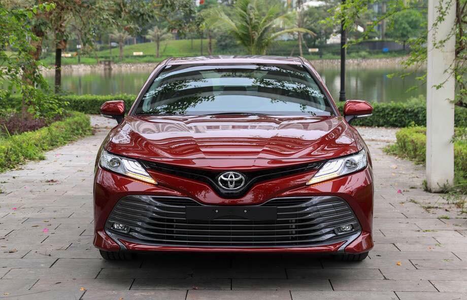 Toyota Camry 2.0G màu đỏ mận sang trọng, đẳng cấp doanh nhân