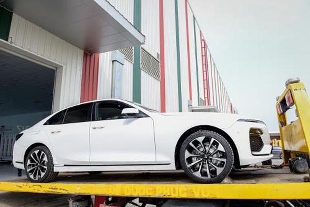 Dàn xe VinFast được vận chuyển bằng xe chuyên dụng từ nhà máy ra sân bay để chuyển đi nước ngoài