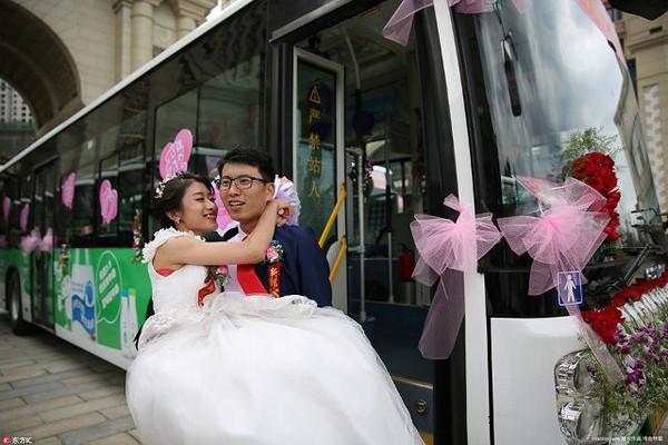 xe buýt đưa chú rể đến lễ cưới